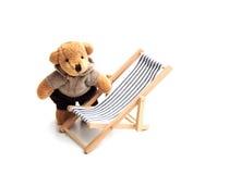 Urso e deckchair Fotografia de Stock Royalty Free