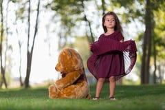Urso e menina de peluche Foto de Stock Royalty Free