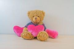 Urso e três corações Imagens de Stock
