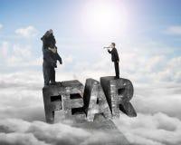 Urso gritando do homem de negócios na palavra do medo 3D com cloudscap da luz solar Imagens de Stock Royalty Free