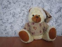 Urso macio do brinquedo na tabela fotos de stock