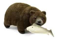 Urso marrom grande com peixes em uma boca isolada em um fundo branco fotos de stock