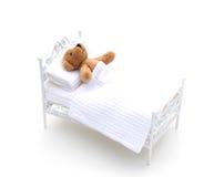 Urso na cama. Imagem de Stock Royalty Free