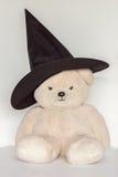 Urso no chapéu da bruxa Imagem de Stock Royalty Free