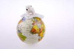 Urso polar no globo Imagens de Stock