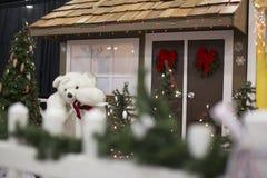 Urso polar perto de uma casa decorativa para os feriados e o Natal fotografia de stock