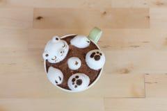 Urso polar que flutua no cappuccino quente Imagem de Stock Royalty Free