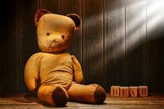 Urso velho e usado do brinquedo da peluche do vintage no sótão envelhecido Fotografia de Stock Royalty Free