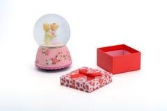 Urso vermelho da caixa de presente e da caixa de música imagens de stock royalty free