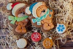 Ursos bonitos tirados no pão-de-espécie do Natal que coloca com as cookies do mel na forma das bolas na tabela de madeira Imagens de Stock