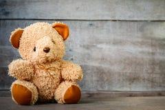 Ursos de peluche bonitos que sentam-se em de madeira velho Fotos de Stock Royalty Free