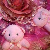 Ursos de peluche cor-de-rosa e flor artificial no composit do Natal imagem de stock