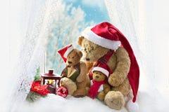 Ursos de peluche do Natal que sentam-se na janela no tempo de inverno Fotos de Stock