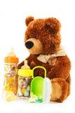Ursos de peluche e garrafas e chupetas de bebê para uma criança Fotografia de Stock