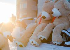 Ursos de peluche gigantes com as fitas vermelhas que sentam-se sobre a capa do carro exterior Espaço para o texto Amor, conceito  foto de stock royalty free