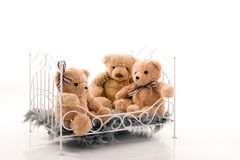 Ursos de peluche na cama fotos de stock
