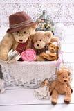 Ursos de peluche retros do estilo em uma sala Foto de Stock