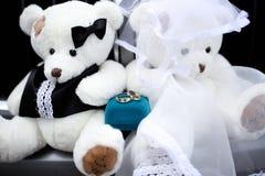 Ursos do anel de noivado do ouro em um vestido de casamento Imagens de Stock