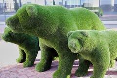 Ursos do brinquedo feitos fora da grama Fotos de Stock Royalty Free