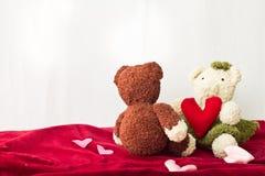 Ursos dos pares e coração do amor no dia de Valentim Imagens de Stock Royalty Free