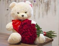 Ursos que guardam o ramalhete enorme das rosas Imagem de Stock