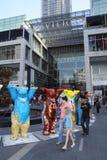 Ursos unidos do camarada na entrada da alameda do pavilhão Fotos de Stock