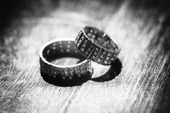 Ursprünglich dargestellte Ringe auf Holztisch im Schwarzweiss--colo Lizenzfreie Stockfotografie