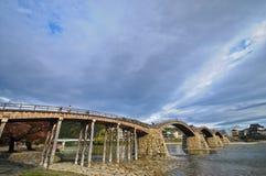 Ursprüngliche alte Steinbogenbrücke auf einem ruhigen Fluss in Japan Lizenzfreie Stockbilder