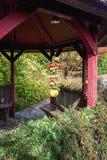 Ursprüngliche Dekoration gemacht vom Gemüse, das im Garten h hängt Stockfoto