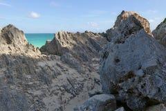 Ursprüngliche Felsen auf dem Strand in Mexiko Stockfotografie