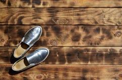 Ursprüngliche glänzende Schuhe in der Discoart liegen auf einer Weinleseholzoberfläche, die von gebratenen braunen Brettern gemac Stockfotos