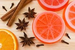 Ursprüngliche handgemachte Seife geformt wie Orange Frische Orange, Anis, Lizenzfreie Stockfotos
