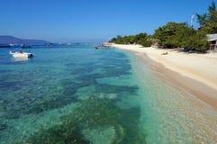 Ursprüngliche idyllische Küstenlinie und haarscharfes Türkiswasser Stockbild