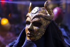 Ursprüngliche Kostüme von Schauspielern und von Stützen vom Film ` The Game von Throne ` in den Voraussetzungen des Seemuseums vo lizenzfreie stockbilder