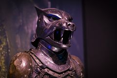 Ursprüngliche Kostüme von Schauspielern und von Stützen vom Film ` The Game von Throne ` in den Voraussetzungen des Seemuseums vo stockfotografie