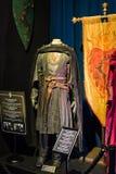 Ursprüngliche Kostüme von Schauspielern und von Stützen vom Film ` The Game von Throne ` in den Voraussetzungen des Seemuseums vo stockfotos