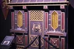Ursprüngliche Kostüme von Schauspielern und von Stützen vom Film ` The Game von Throne ` in den Voraussetzungen des Seemuseums vo stockbild