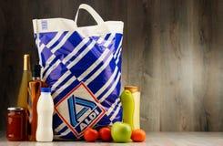 Ursprüngliche Plastikeinkaufstasche und Produkte Aldi Stockfotos