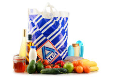 Ursprüngliche Plastikeinkaufstasche und Produkte Aldi Stockbild