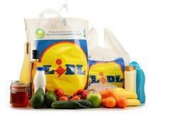 Ursprüngliche Plastikeinkaufstasche und Produkte Lidl Stockfoto