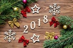 Ursprüngliche Weihnachtsdekorationsausstellung auf dem Holztisch für 2018-jähriges Stockfoto