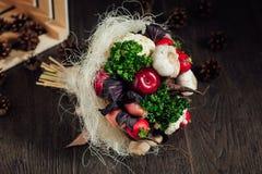 Ursprünglicher Blumenstrauß des Gemüses und der Früchte Stockfotos