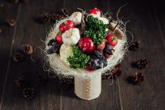 Ursprünglicher Blumenstrauß des Gemüses und der Früchte Stockfoto