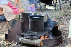 Ursprüngliches Lagerfeuer und Kochen Lizenzfreie Stockbilder
