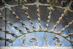 Ursprüngliches Metallgitter, das ein Eigentum schützt lizenzfreie stockbilder