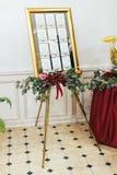 Ursprüngliches Weinlesebrett mit rosafarbener Blumendekoration und ein Gast Stockfotografie
