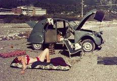 Ursprüngliches Weinlesefarbdia ab 1960 s, junge Frau, die O sich entspannt Stockfotos