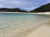 Ursprungligt vatten i de Cies öarna av Galicia arkivfoton