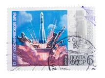 URSS - aproximadamente 1972: carimbe, mostras 15 anos do espaço fotografia de stock royalty free