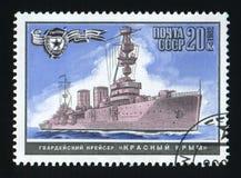 URSS - CERCA DE 1982: Um selo do cargo impresso em URSS, cruzador Crimeia vermelha das mostras, navios de guerra da segunda guerr foto de stock